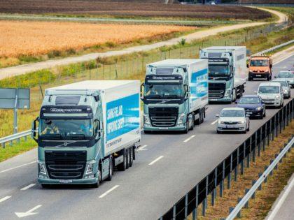 Ezek a kamionsofőrök elengedték a kormányt a sztrádán!