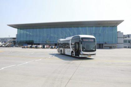 Elektromos busz szállítja az utasokat a repülőgéphez