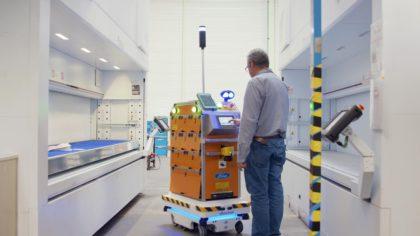 Önvezető robot dolgozik a Ford gyárban