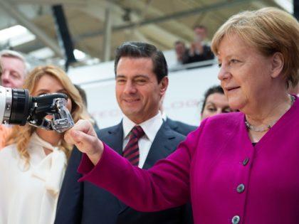 Így targoncázik Angela Merkel