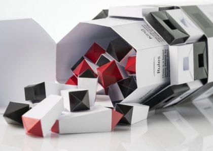 Egyedi csomagolású papír sakk készletet tervezett a fiatal hallgató