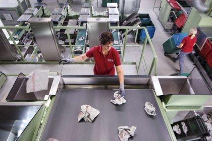 Ember és gép együtt dolgozik a minőségellenőrzéskor