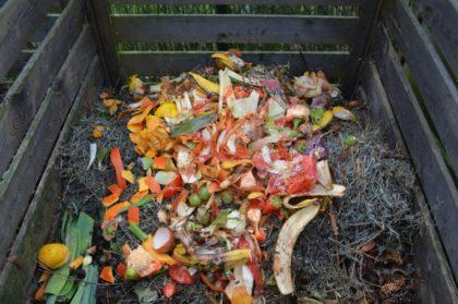 Komposztba a feleslegessé vált hullámkartonnal