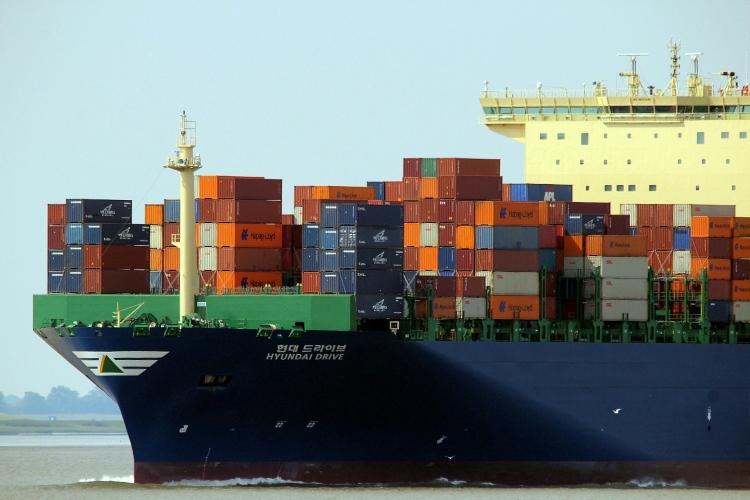 tengeri konténer áruszállító hajó