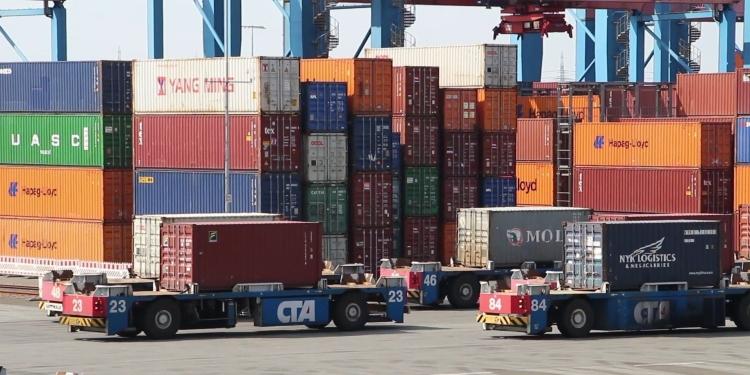 konténer kikötő teherautó