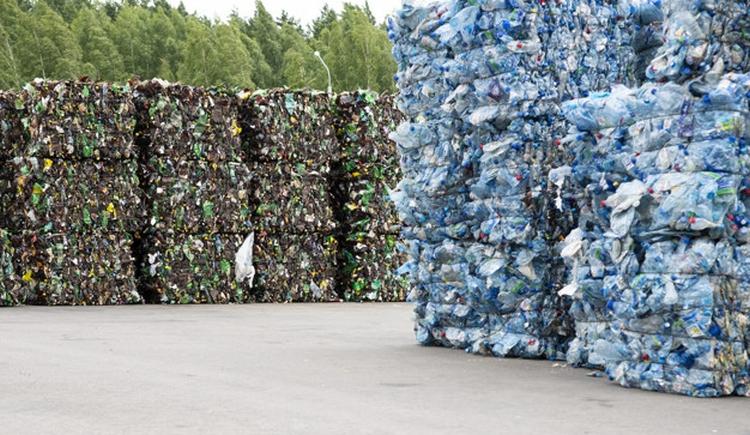 műanyag palack bála raklap erdő