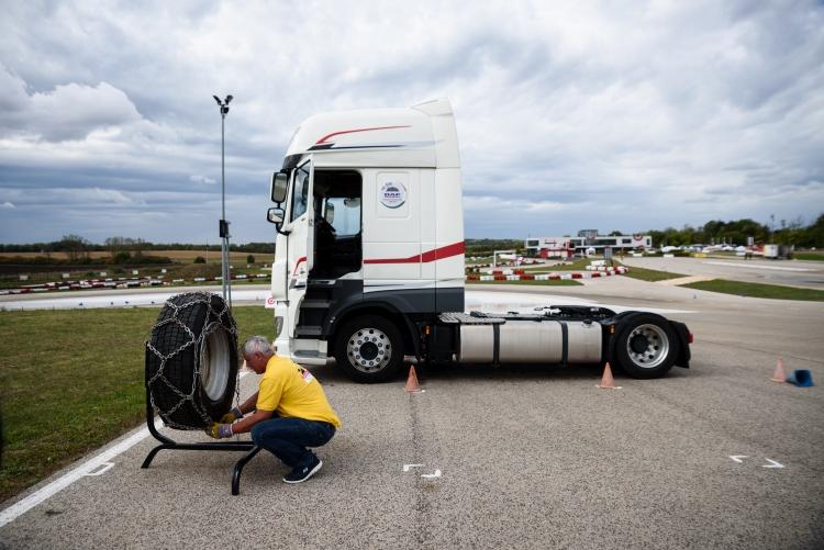 kamion pálya ember kerék hólánc