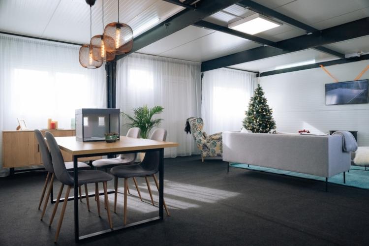 konténerház lámpa karácsonyfa asztal szék kanapé